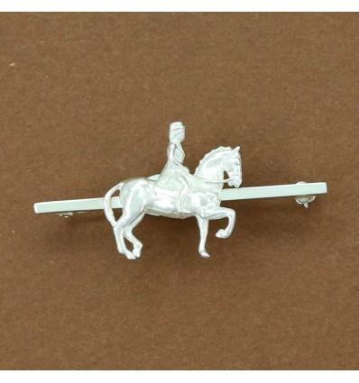 broche cheval de dressage longue